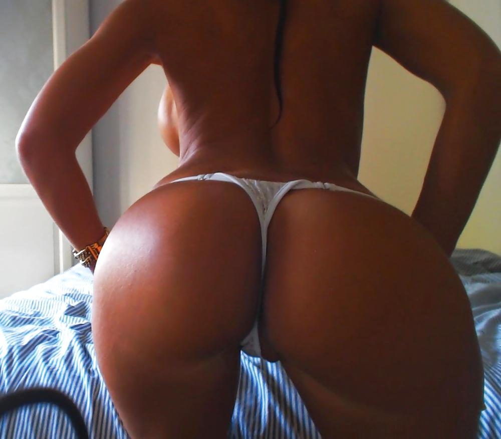 Emily Ratajkowski Nude Full Frontal In Photoshoot For Treats