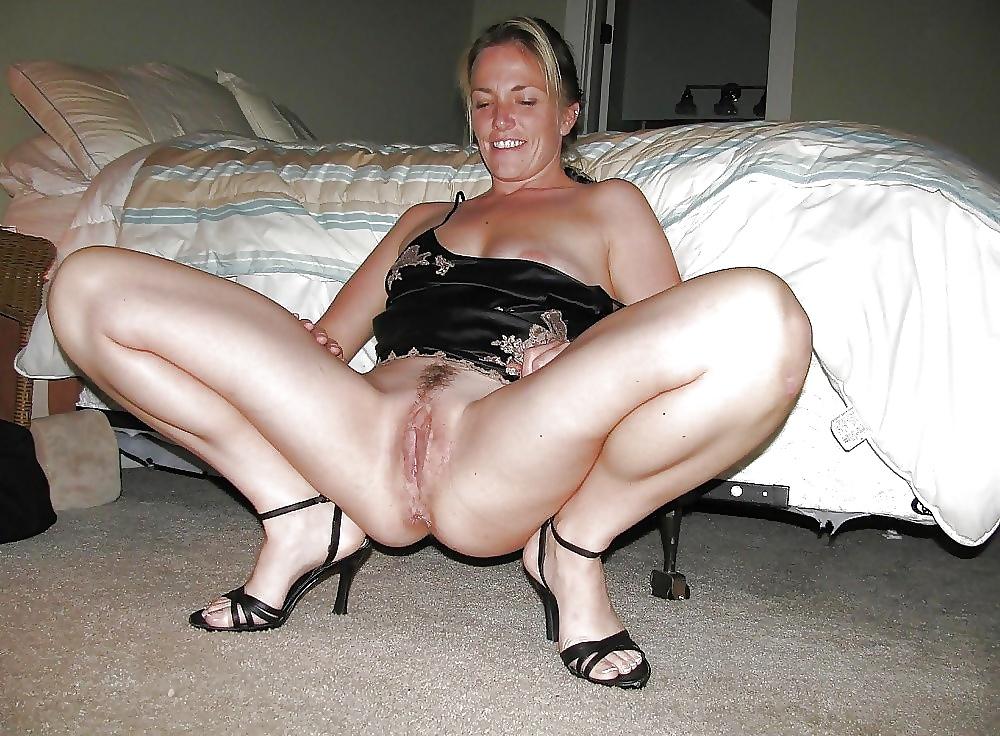 Пожилая дама раздвинула ноги
