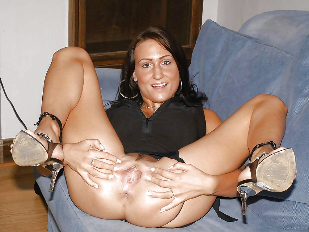 Mature naked mom spreading legs on the bed