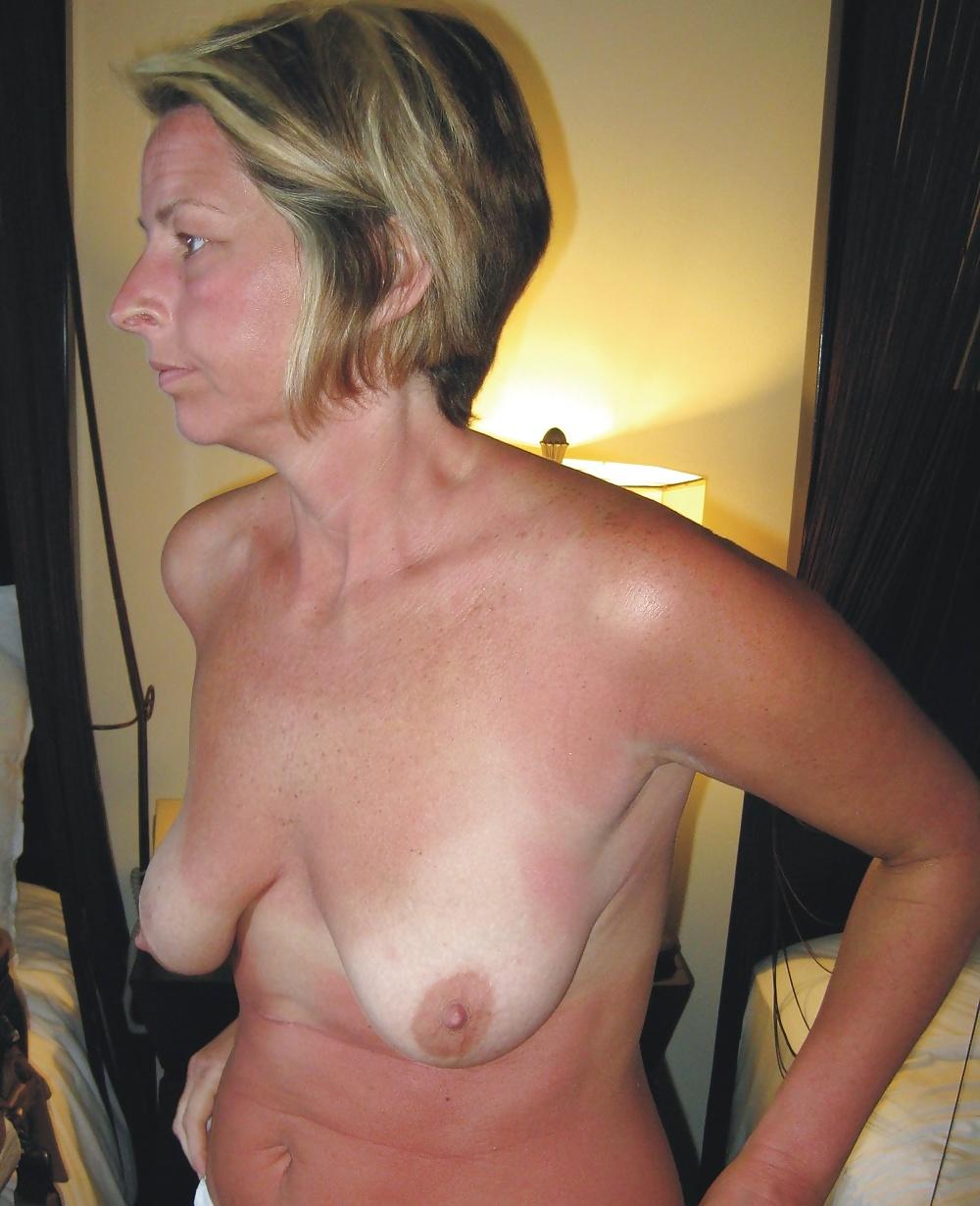 частное фото немного обвисшие сиськи блондинка мастурбирует