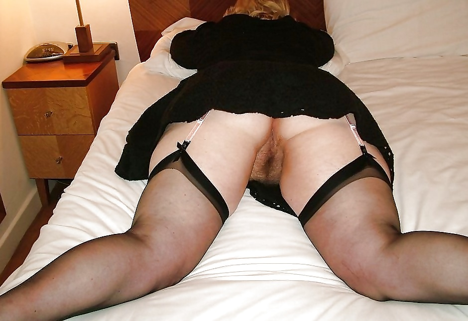 Plump mature mom spreads legs for hot upskirt strips to finger spread pussy