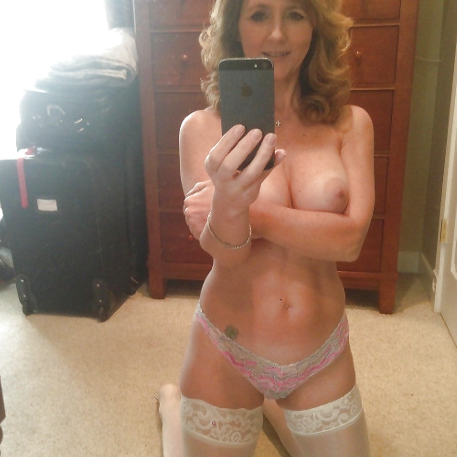 Totally Fit Woman Exposes Nude In Selfshot Photos