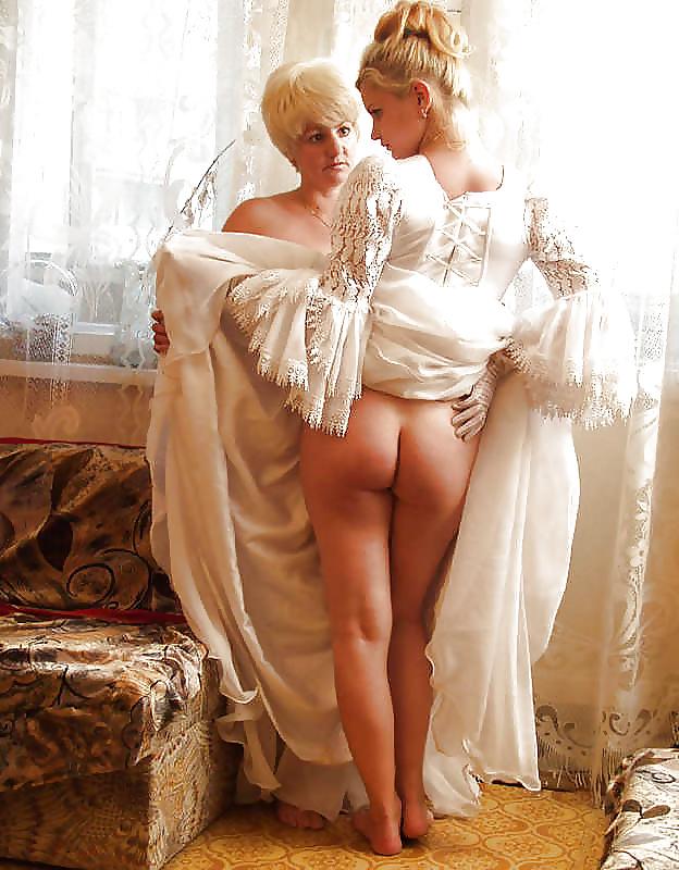 Секс порно девушки в старинных нарядах попки