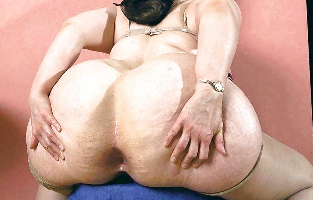 Big butt black BBW posing that fat ass for me