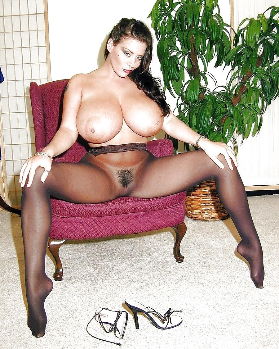 Женщина с большими сиськами в черных колготках 8