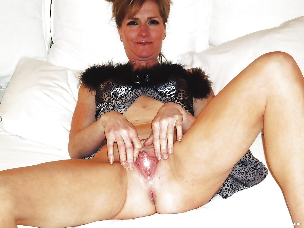 Happy mature babe without pants reveals a naked pussy