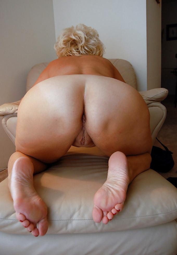 Mature nude women booty