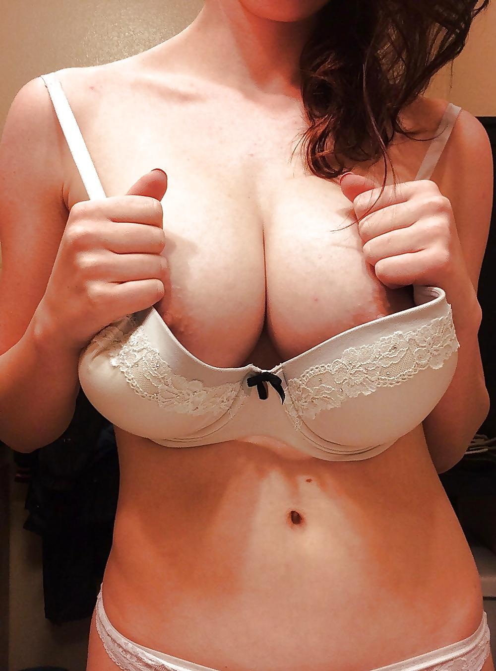 фото груди выпирает с лифчика - 1