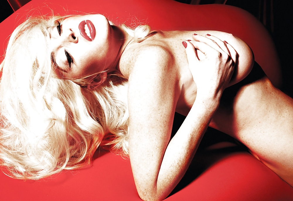 Lindsay lohan as marilyn monroe nude on red velvet