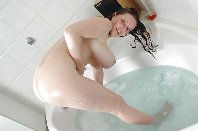 Снять как моют сиськи в ванной видео колточихина новосибирск