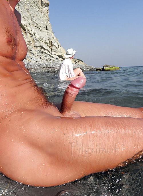 ссыт парню жену снимаю на камеру на отдыхе у моря без плавок потом наступила