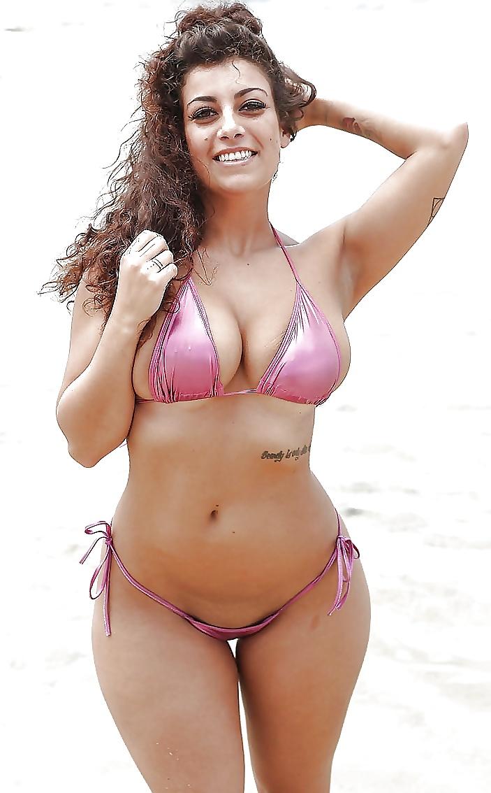 Pink Bikini Babe Shows Big Tits And Juicy Pie