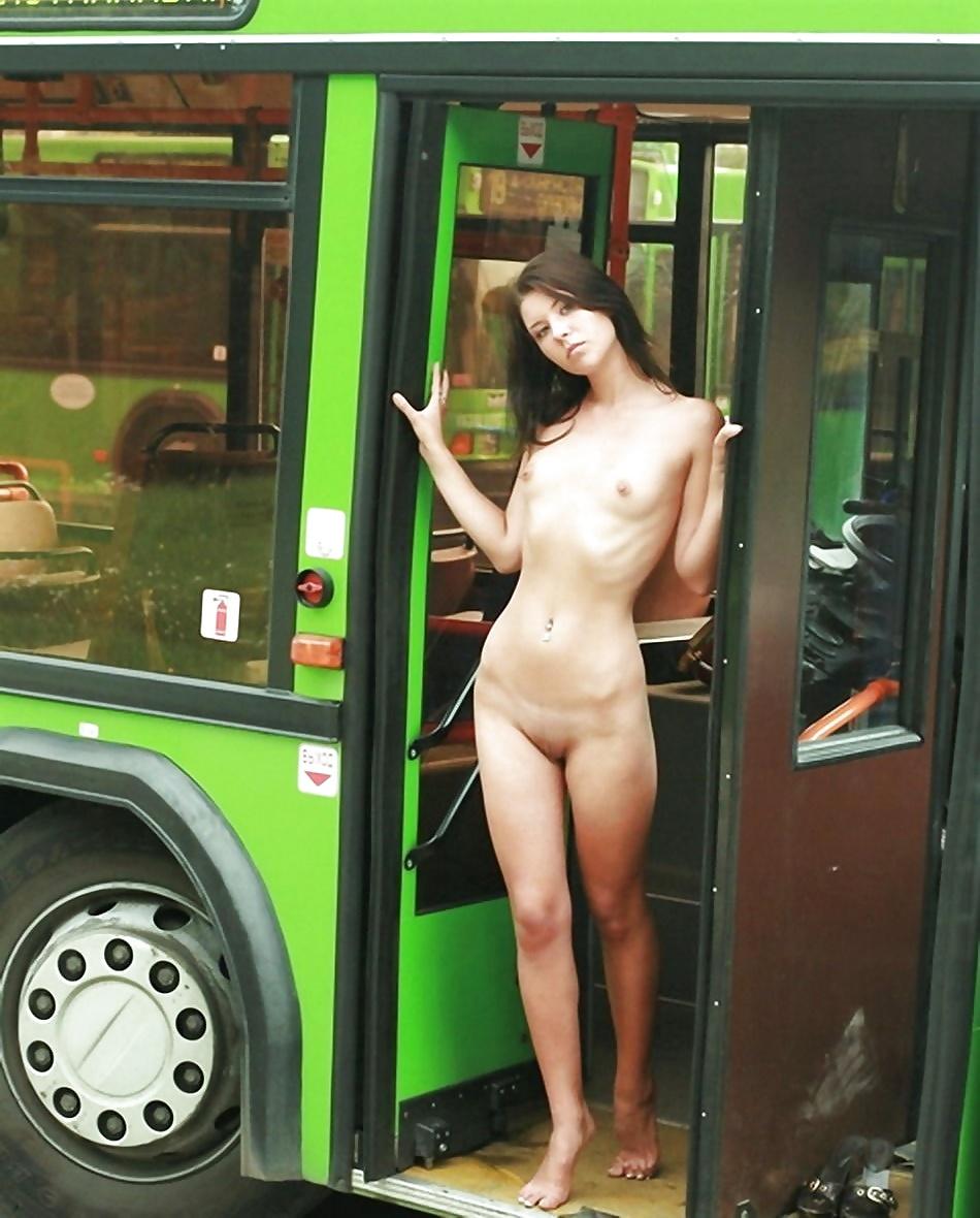 как оказалось обнажение на публике автобусе в чулках оценил