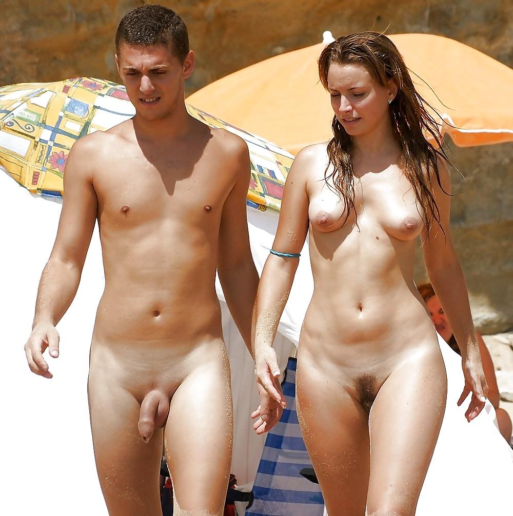 Голые мужики с девчонками на пляже