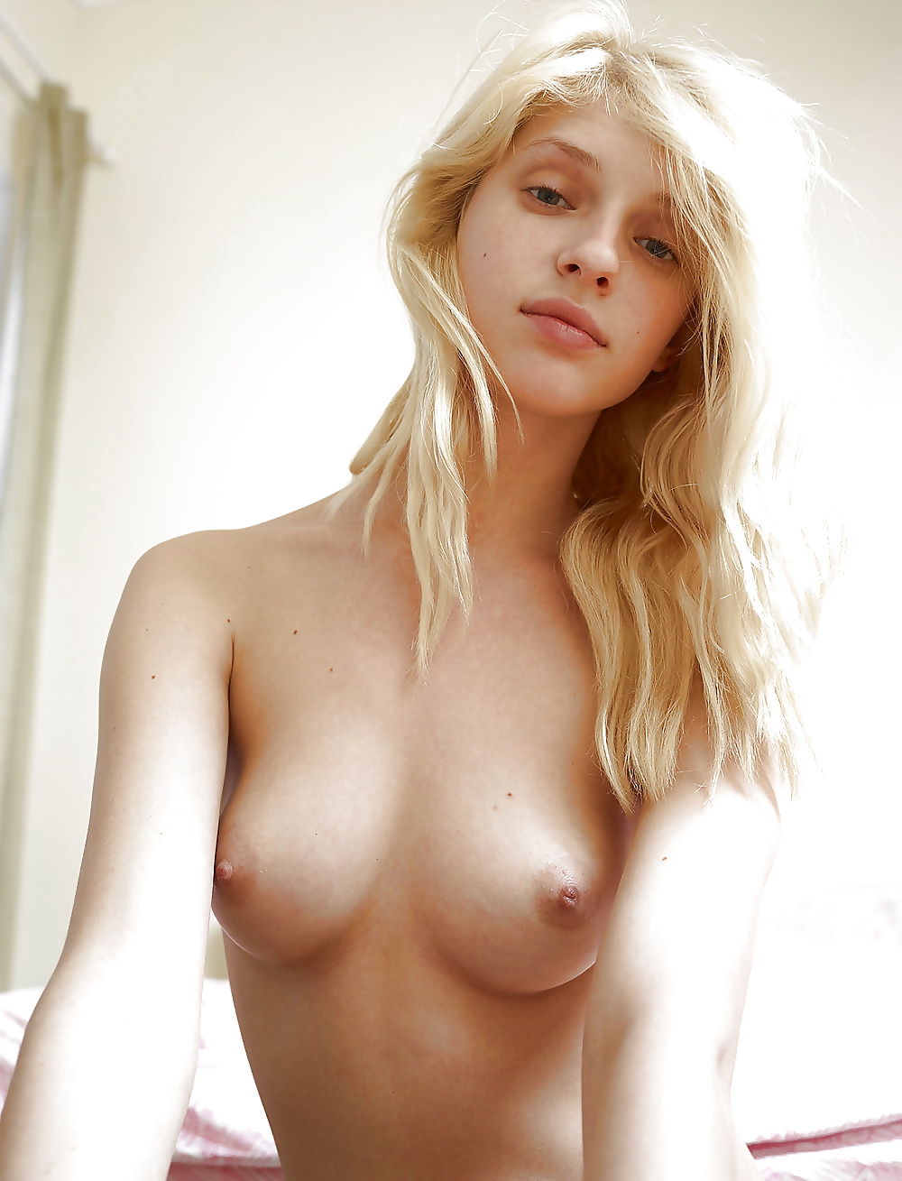 Hot nude blonde haired girl
