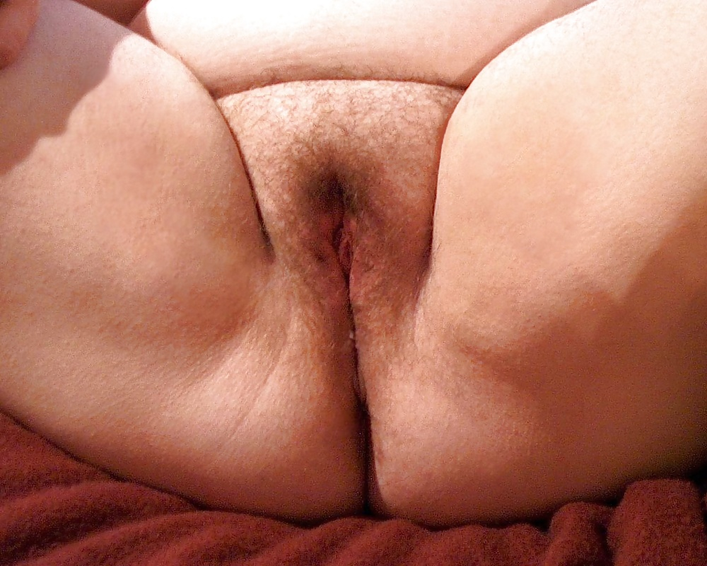 Бритая пухлая пиздень, русская толстушка трахает себя