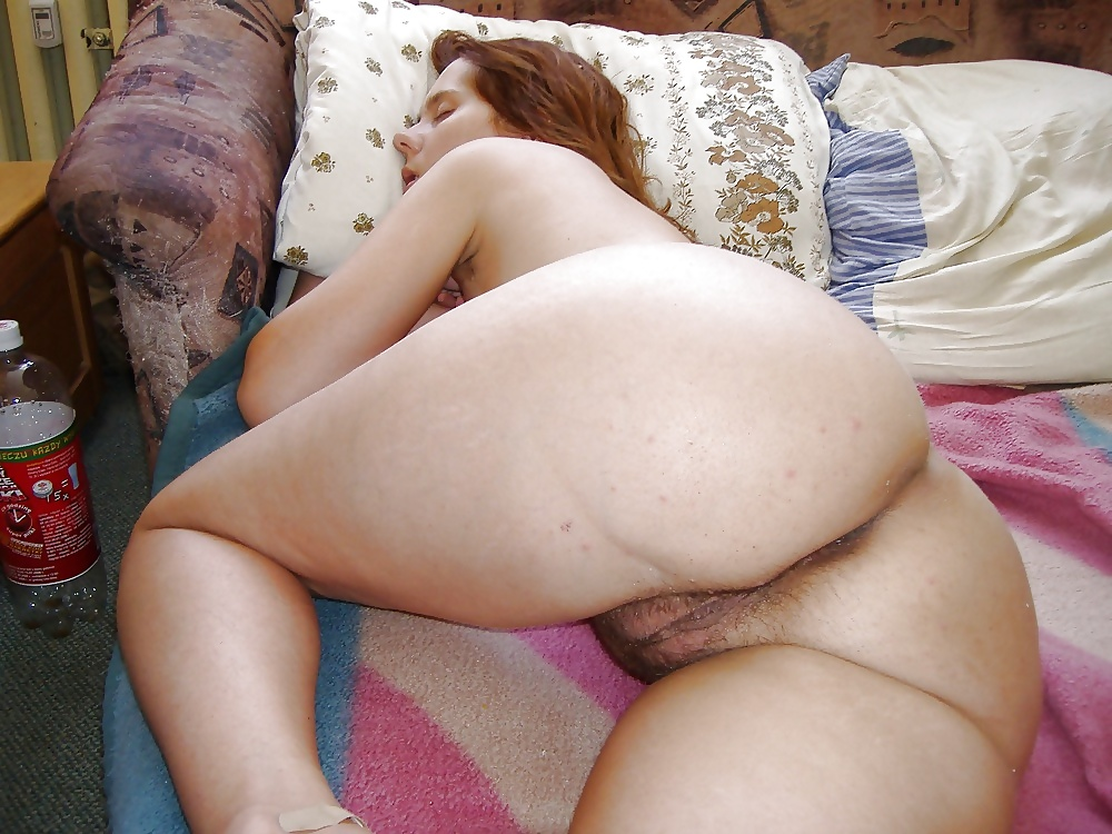С голой жопой спит пожилая дама прорезями сосках
