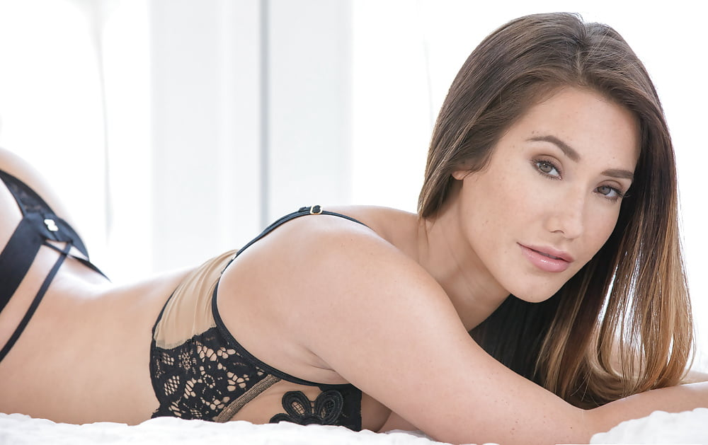 Eva Lovia 1