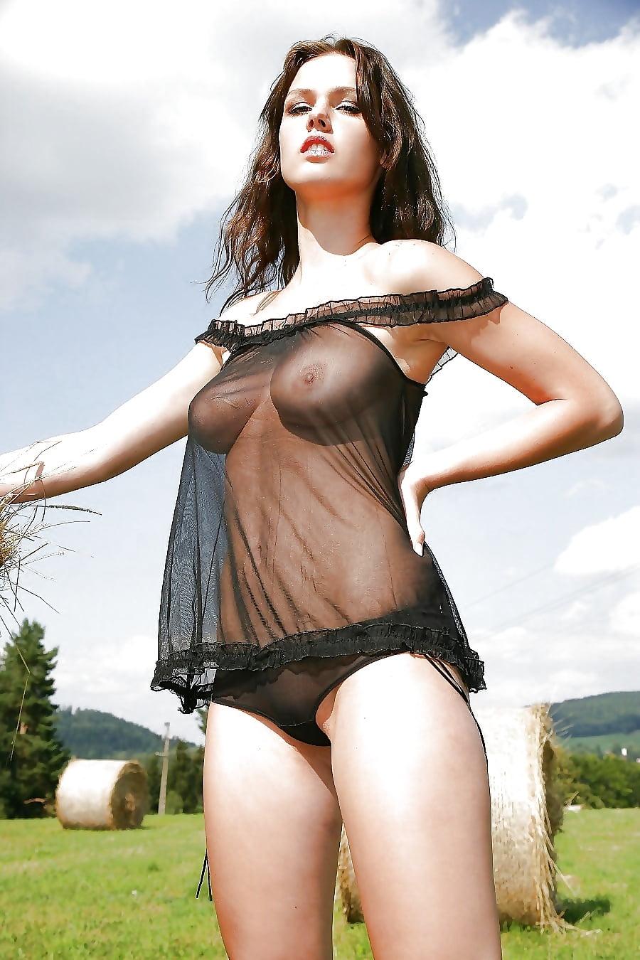 Абсолютно голая в прозрачном платье