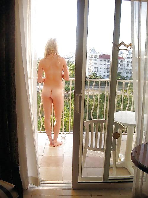 golie-na-balkone-v-turtsii