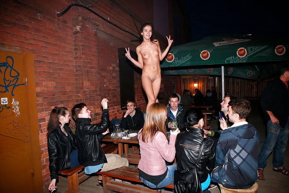 Телки танцуют на публике