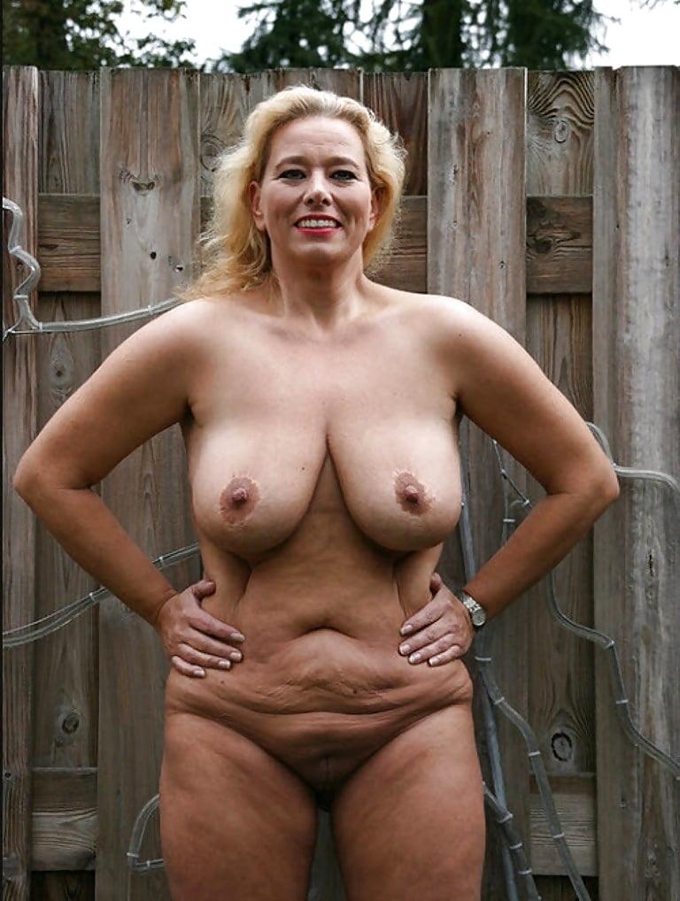 Видео голые тетки морды сиськастой