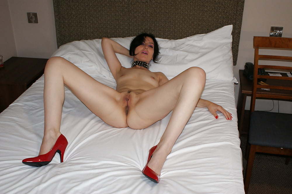 Hot redhead giving pussy in motel to friend