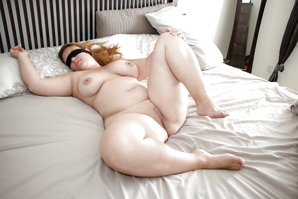 erotic-fat-girl-waiting-naked-on-bed