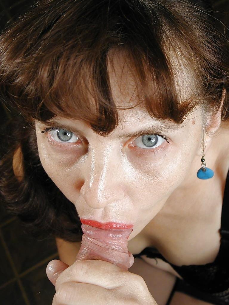 Зрелая баба берет в рот