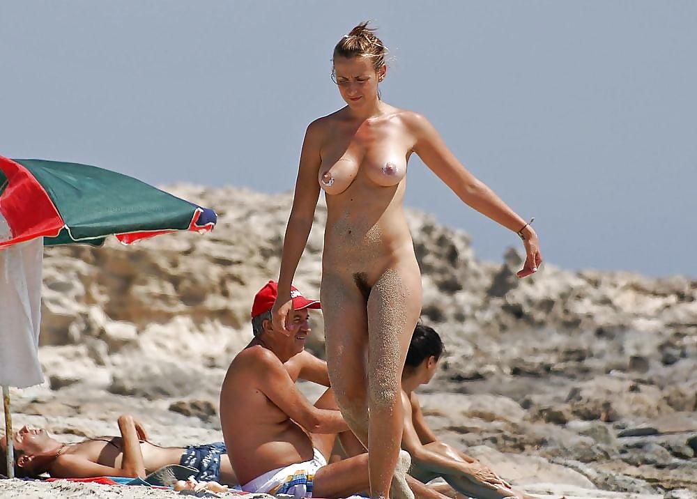 типа голая на людном пляже порядка все живут