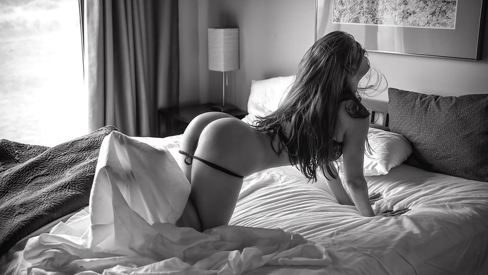 Телочка в позе раком в спальной