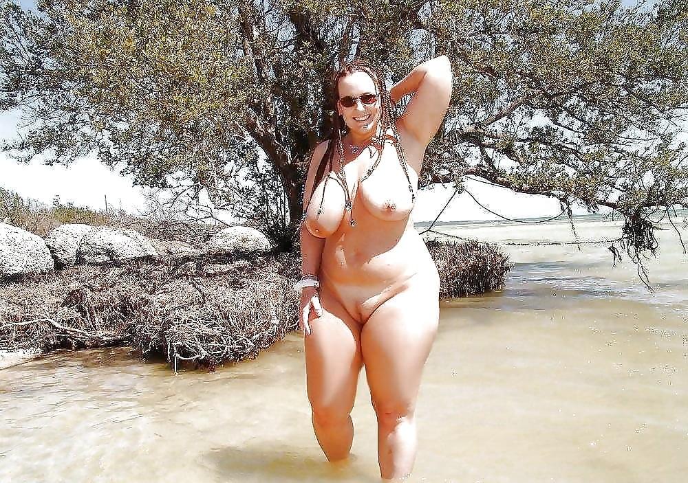 Голые зрелые с огромными пышными формами на пляже фото