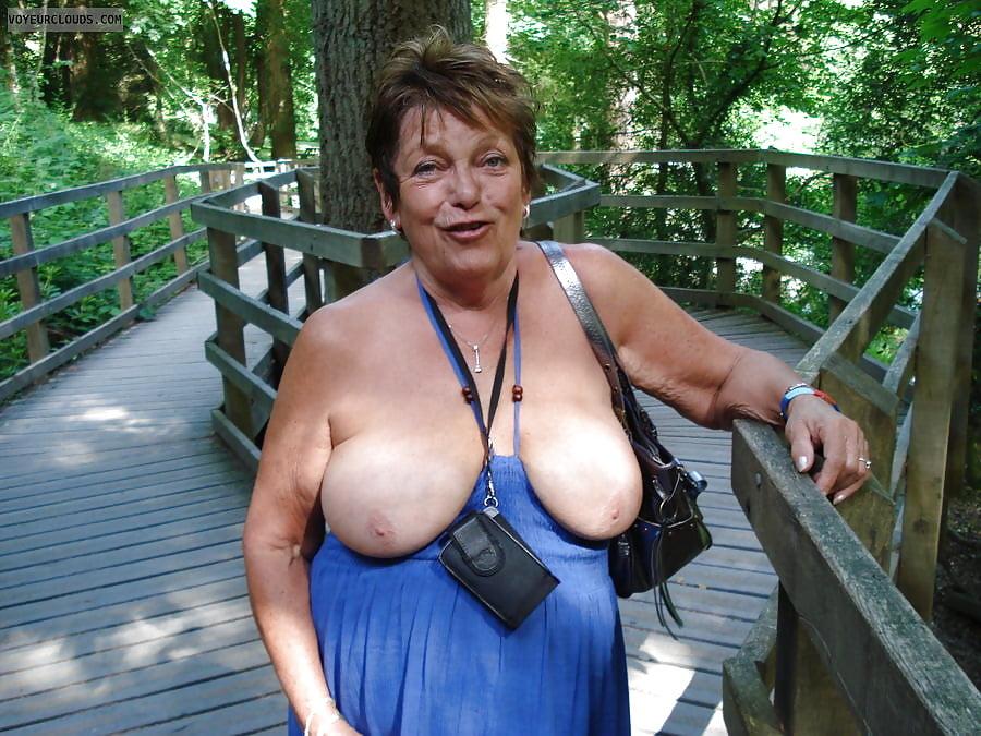 Big ass nude mom