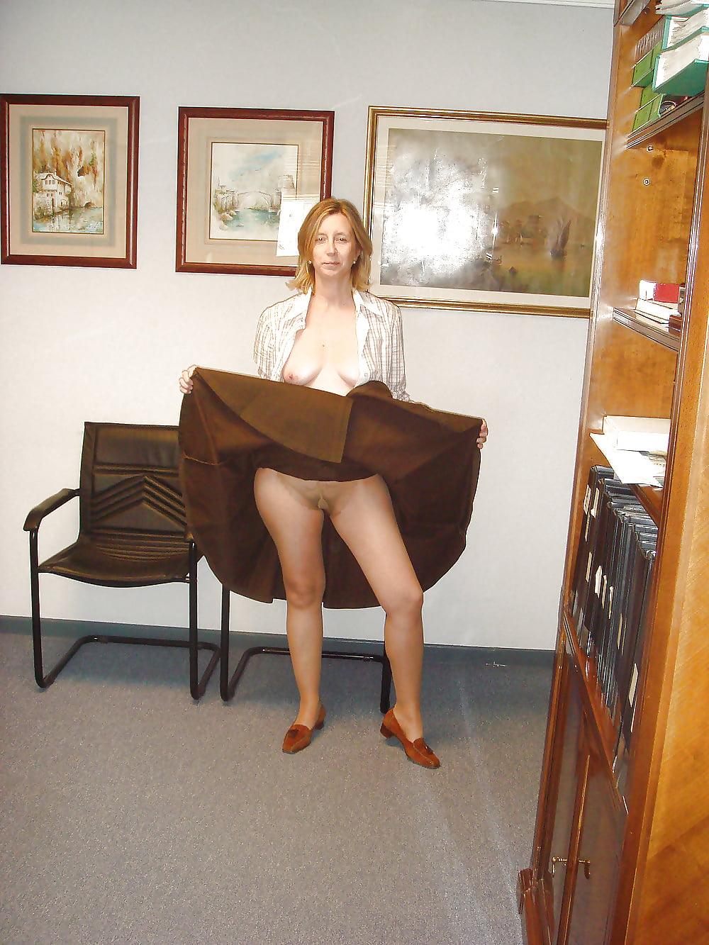 Жена ходит на работу в чулках