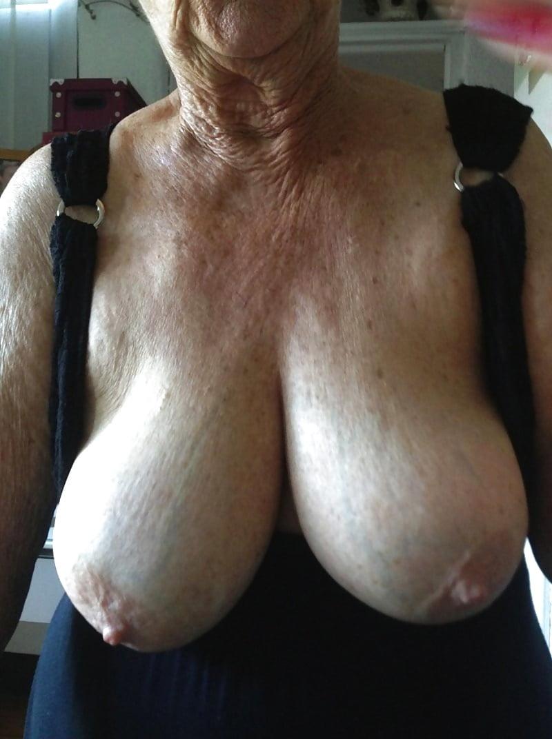 Старые женщины с огромной отвисшей грудью