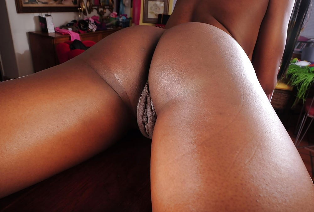 Sexy shaped ebony mom with perfect pussy an