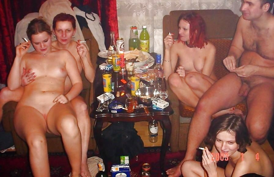 Пьяная домашняя вечеринка порно видео, ласкает попу пальцем