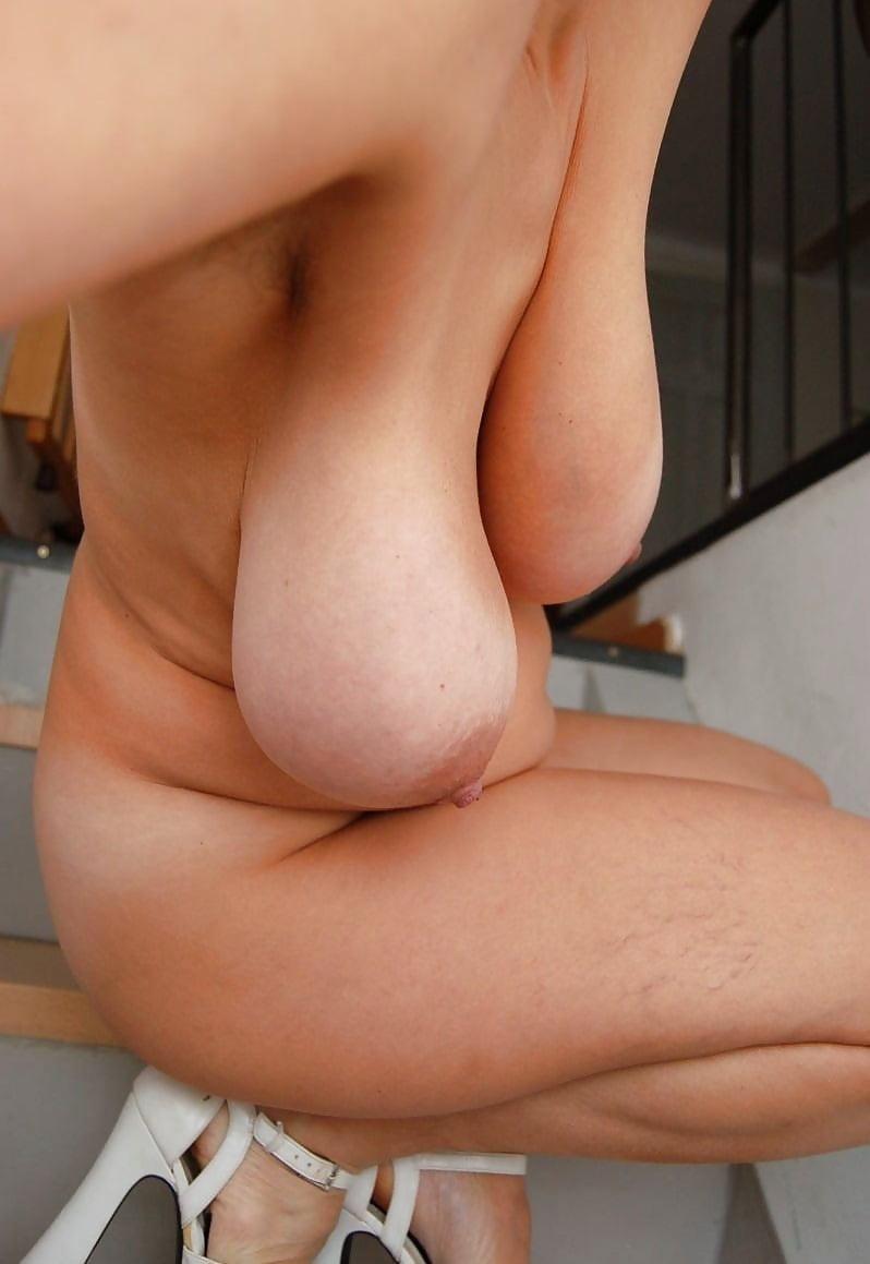 porno-foto-s-visyachimi-siskami-iz-chego-sostoit-muzhskie-genitalii