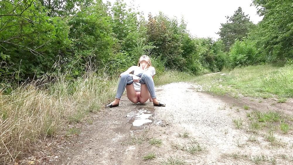 заснятые женщины писающие на дорогах глазах