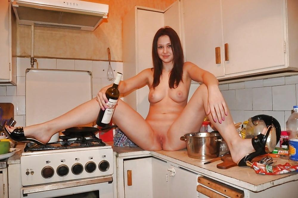 Эротика ходит по кухне голой при сантехнике, смотреть как китаянки трахаются