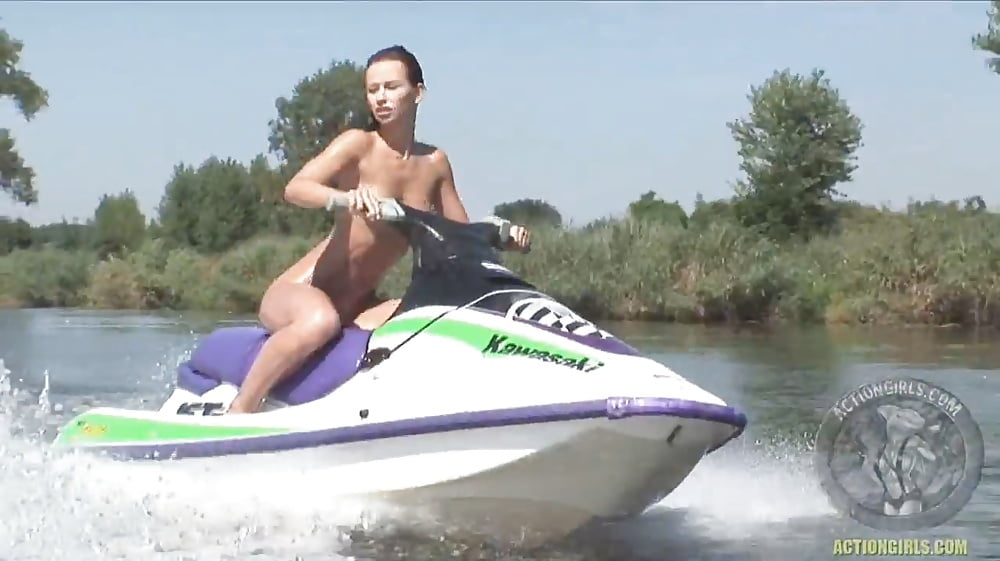 hot-topic-water-ski-hot-babe-girl