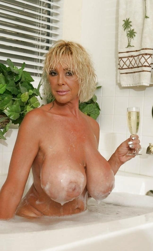 давно присматривался блондинка в возрасте в ванной как лижут жопу