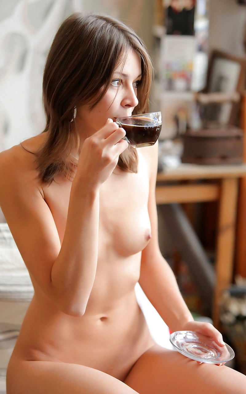 Naked babe drinking coffee — pic 1