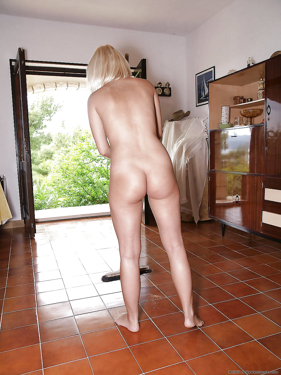 nude-woman-doing-house-work