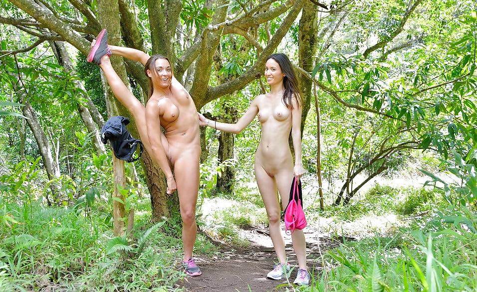Ходит голая на природе, порно фото оля шлюха