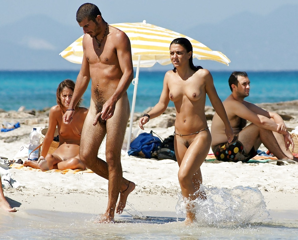 Girls and guys at nude beach — pic 3