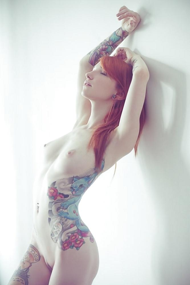голая рыжая девушка с татуировкой - 8
