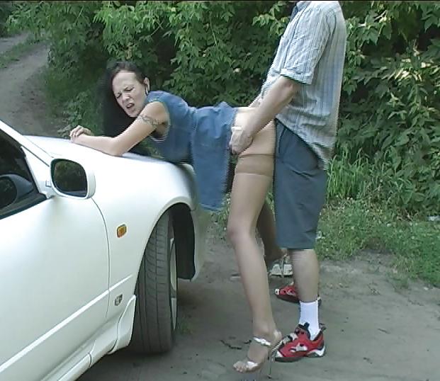 Порно видео подобрал девушку на дороге и повез в лес