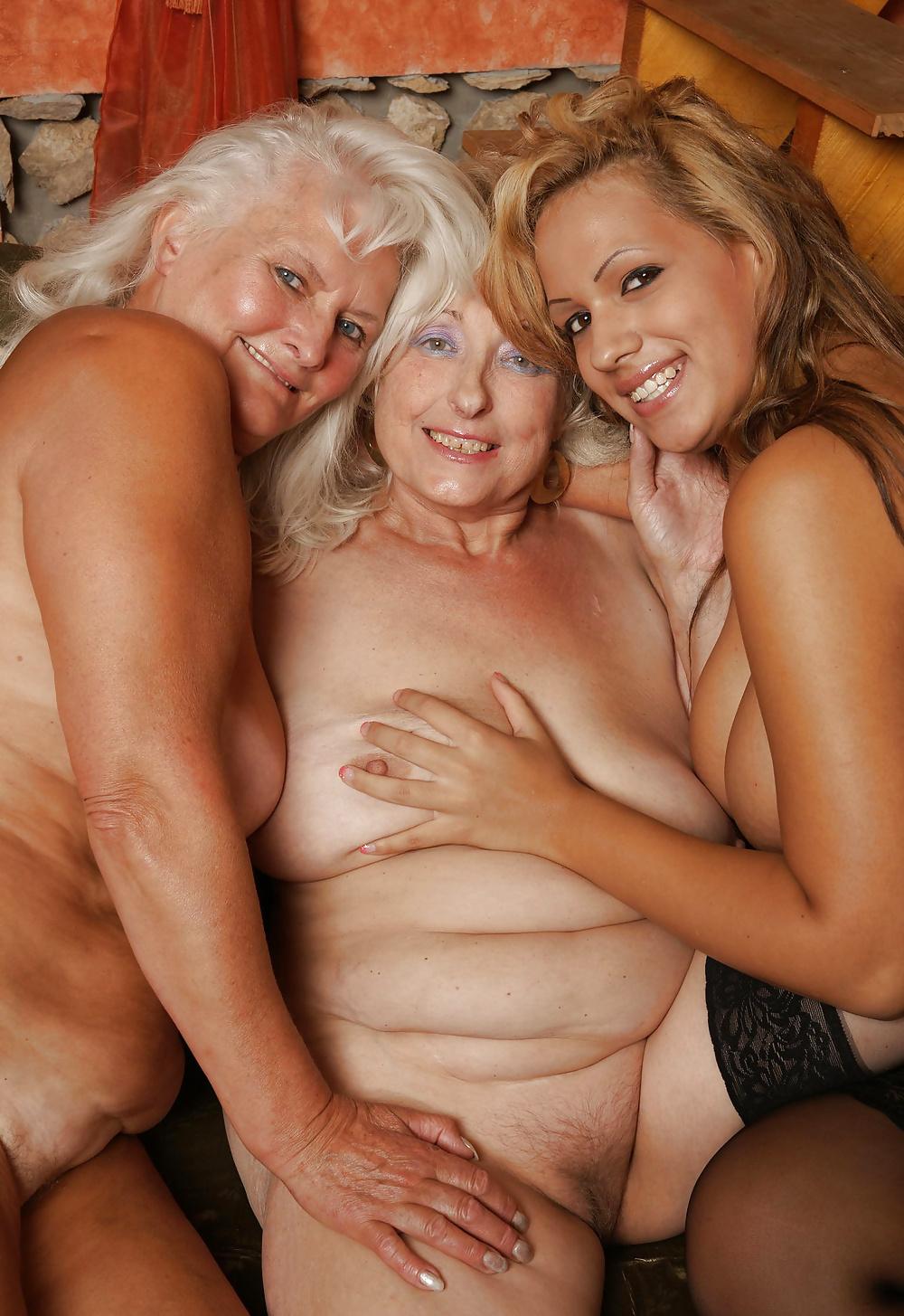 Голые старушки близняшки фото 4