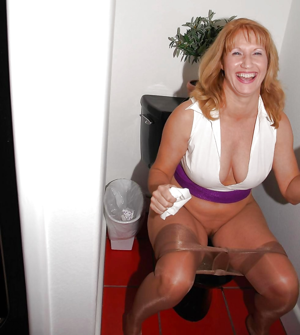 Порно пожилая женщина ссыт в туалете